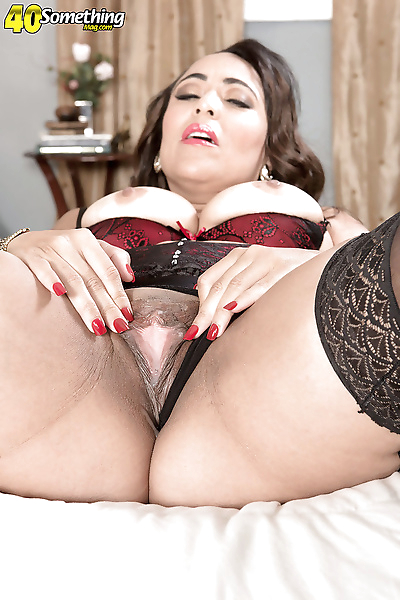 Mature brunette Latina..